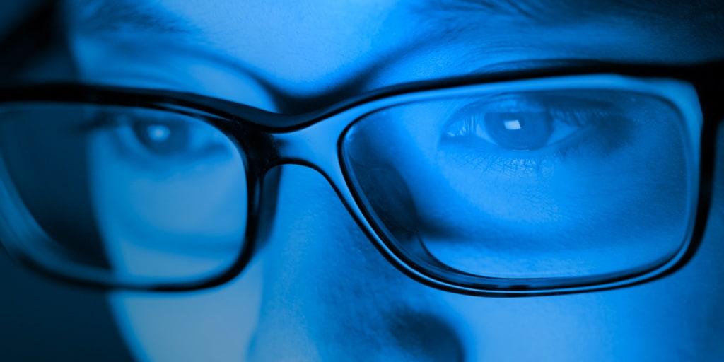 """Kaj je """"modra svetloba"""" in kako zaščititi naše oči"""
